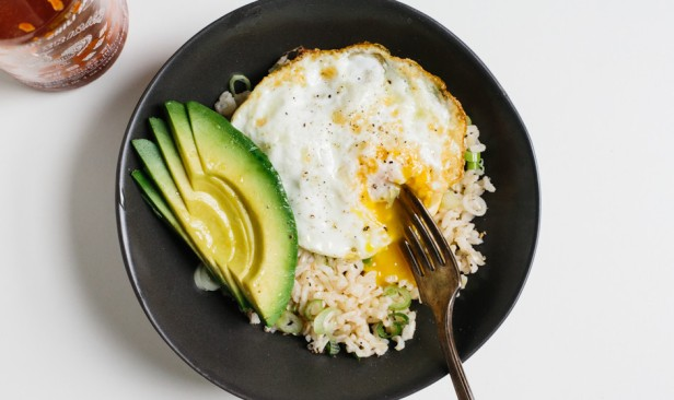 rice-bowl-with-fried-egg-and-avocado-940x560